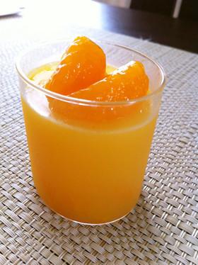 カップに入ったオレンジゼリー