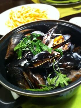 活ムール貝の濃厚クリームワイン蒸し