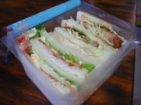 ある日のお弁当 サンドイッチ 豚肉の生姜焼き・ベーコンエッグ 他