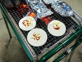 BBQ☆我が家の定番☆餃子の皮のピザ