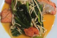 鮭とエノキとトマトほうれん草のバター炒め