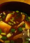 豆腐とうす揚げの八丁味噌汁