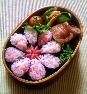 お弁当に使える 超簡単花型飾りノリ巻