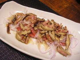 和風つゆ「きわみ」で作るベーコンと椎茸のトマトサラダ