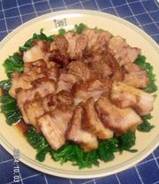 ほうれん草で食べるうちの煮豚の写真