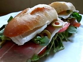 はみだしクレソンと生ハムのサンドイッチ
