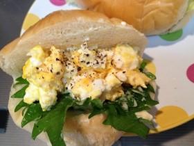 黒コショウタップリ✿卵と大葉サンド