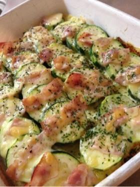 ズッキーニとベーコンのチーズ焼き。
