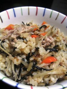 ひじき・ごぼう・豚肉ご飯