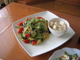 トマトとアボカドのサラダパスタ