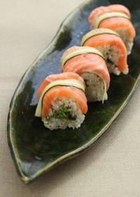 サーモンとキュウリの巻き寿司