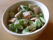 スナップエンドウとハムのサラダの写真
