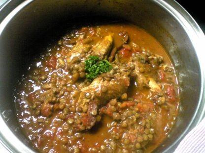 レンズ豆が主役♪鶏手羽先のトマト煮