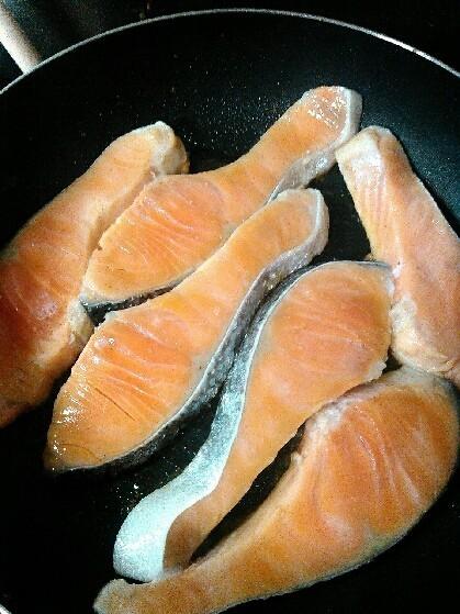 簡単!フライパンで焼き鮭★鮭と水だけ♪