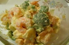 ゆで卵とブロッコリーとサラダえびのサラダ