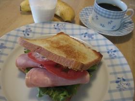 ハムとトマトのサンドイッチ