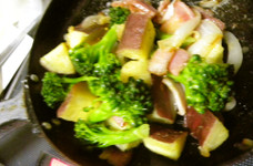 さつま芋とブロッコリーのベーコン炒め