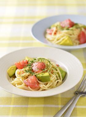 トマトとアボカドの冷製ペペロンチーニ
