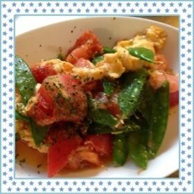 トマトと絹さやの洋風卵炒め