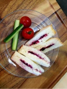 6Pチーズケーキとジャムでサンドイッチ