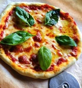 ダッチオーブンで簡単•本格マルゲリータ