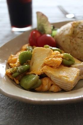 空豆とカマンベールのスクランブルエッグ