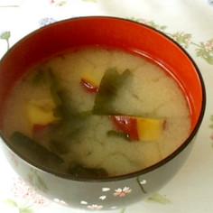 ほっこり温まる♡さつま芋とわかめの味噌汁