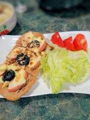 プルーンと林檎とアーモンドのピッツァの写真