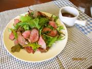 牛肉のたたきサラダの写真