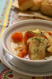 タラとじゃが芋、トマトのスープの写真