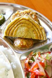 バラ=豆のお焼き=ネパール料理の写真