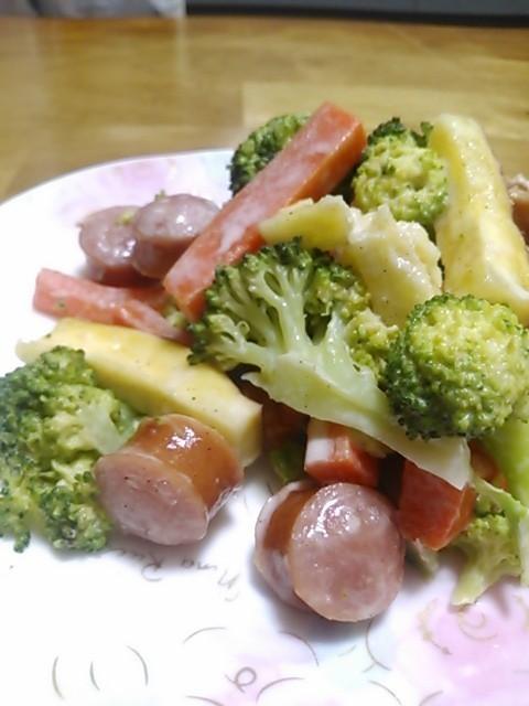 レンジで簡単!温野菜とソーセージのサラダ