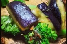 簡単 ナスとブロッコリーの梅サラダ