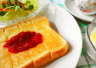 *朝食に**苺ジャムのトースト*