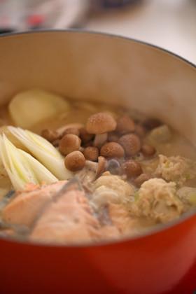 鮭と鶏団子の酒粕鍋