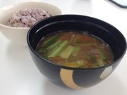 大根と小松菜の味噌汁の写真