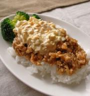 鶏ひき肉で簡単!チキン南蛮風な丼の写真