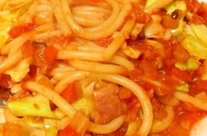 キャベツとベーコンのトマトソースパスタ