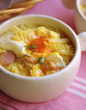半熟玉子と、とろ~りチーズのスープパスタ