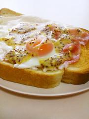 ハニーマスタード☆ベーコンエッグトーストの写真
