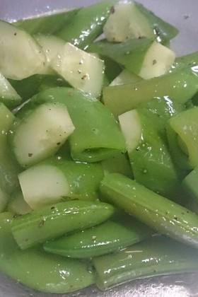 スナップエンドウときゅうりで、緑のサラダ