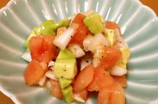 トマトとアボカドと新タマネギのサラダ