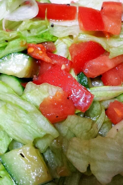 シンプルドレッシングで生野菜サラダ