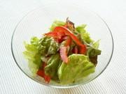 レタスとパプリカのサラダの写真
