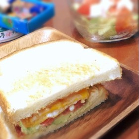 アボガドとクリームチーズのサンドイッチ