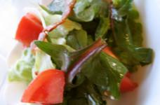 カリカリベーコンドレッシングのサラダ
