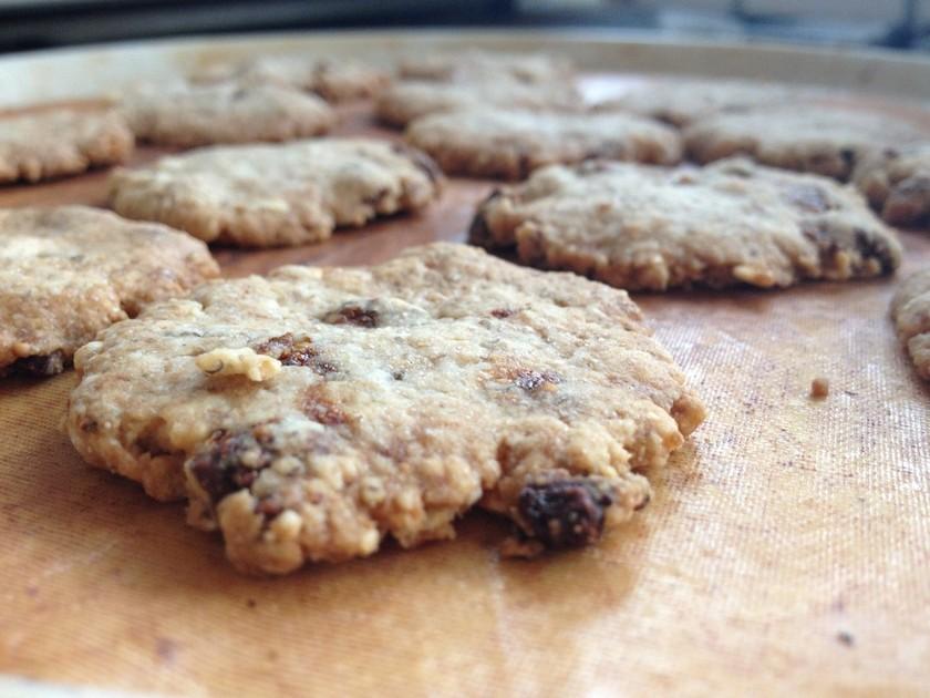 押麦とレーズンの、カリッと素朴なクッキー