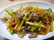豚肉とにんにくの芽のカレー炒めの写真