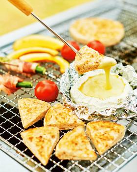カマンベールチーズをまるごと使ったチーズフォンデュ