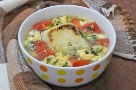 青菜とトマトの餅入り玉子スープ